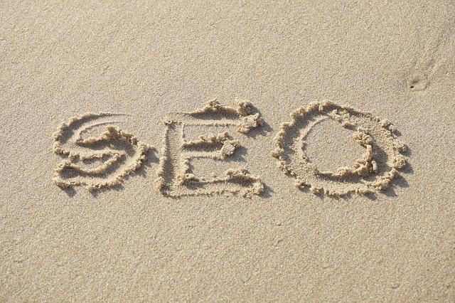 SEO inscrit sur une plage pour imager l'article